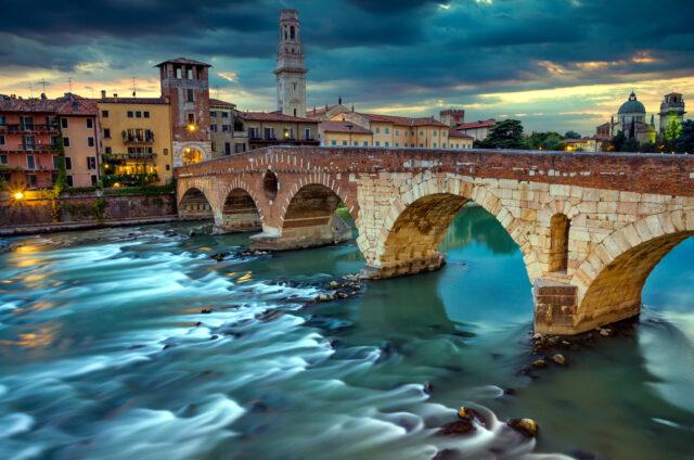 Kamenný most přes Adige, Verona, Itálie