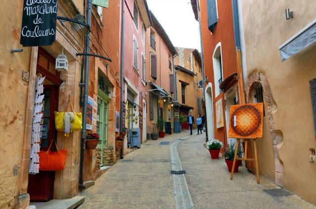 Ulice nejkrásnější vesnice Roussillon, Francie