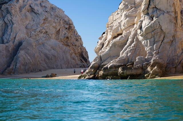 Bílá pláž mezi skalisky, Cabo San Lucas, Mexiko