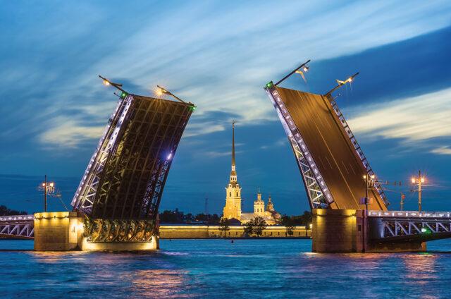 Bílé noci, otvírání mostů na Něvě, Petrohrad, Rusko