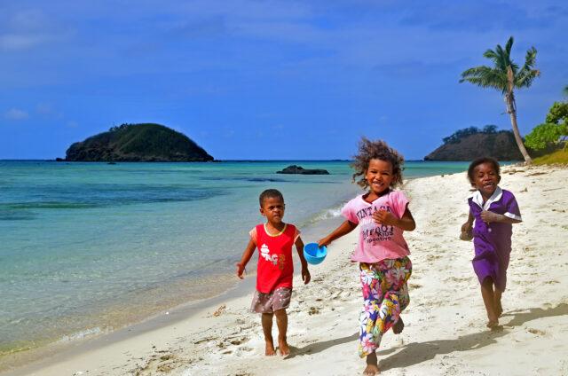 Děti na pláži, ostrovy Yasawa, Fidži