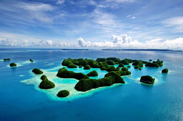 Letecký pohled na 70 ostrovů Palau, Mikronésie