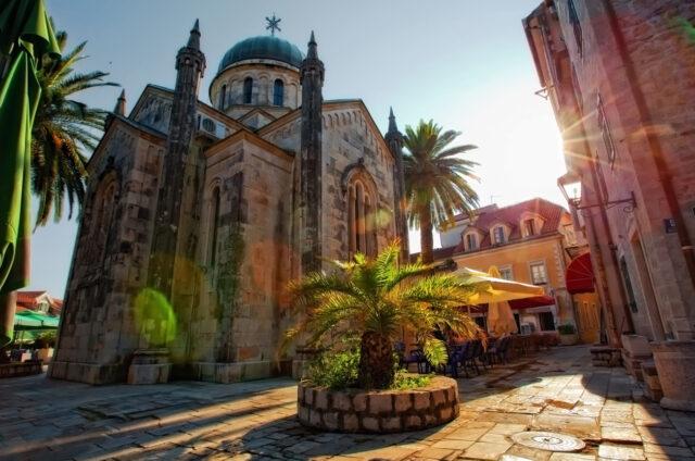 Mohutný kostel sv. Archanděla Michaela, Herceg Novi, Černá Hora