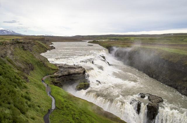 Mohutný vodopád Gullfoss v kaňonu řeky Hvítá, Island