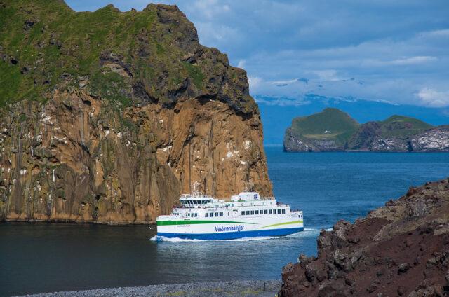 Příjezd trajektu na ostrov Heimaey, Vestmannské ostrovy, Island
