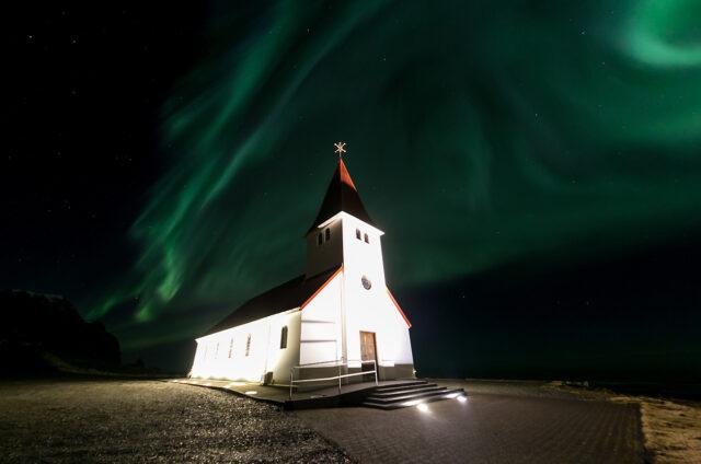 Polární záře nad kostelem, Vík, Island