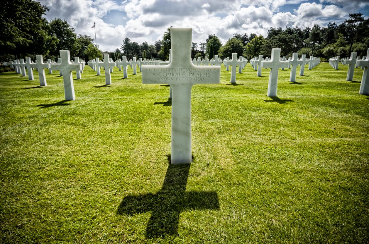 Bílé kříže na hřbitově Colleville sur Mer