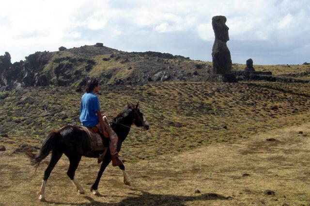 Hanga Kioe, projížďka na koni po severním pobřeží, Velikonoční ostrov