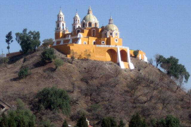 Kostelík na pyramidě Cholula, Mexiko