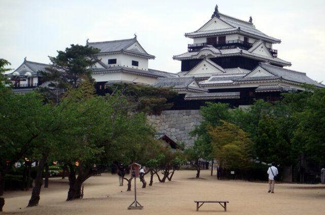 Macujama, hradní komplex nad městem, Japonsko