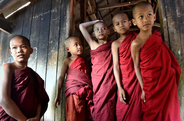 Mladí mniši u jezera Inle, Barma