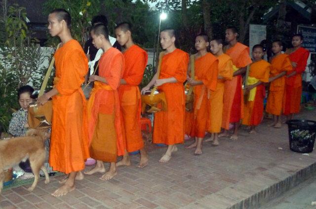 Mniši v Luang Prabang, Laos