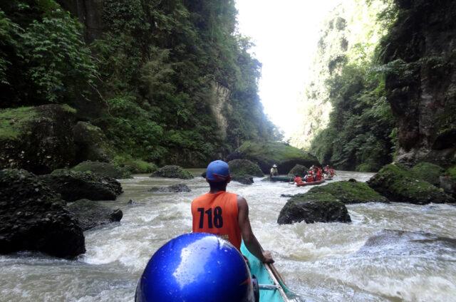 Pagsanjan, na loďkách dolů kaňonem, Luzon, Filipíny