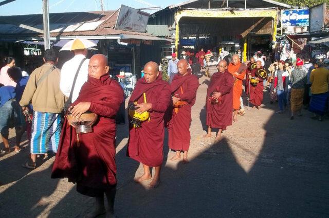 Procesí mnichů, Mandalay, Barma