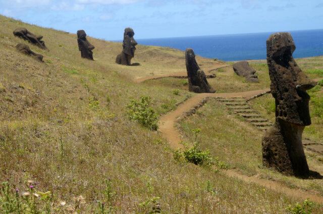 Rano Raraku, ležící i stojící moai, Velikonoční ostrov