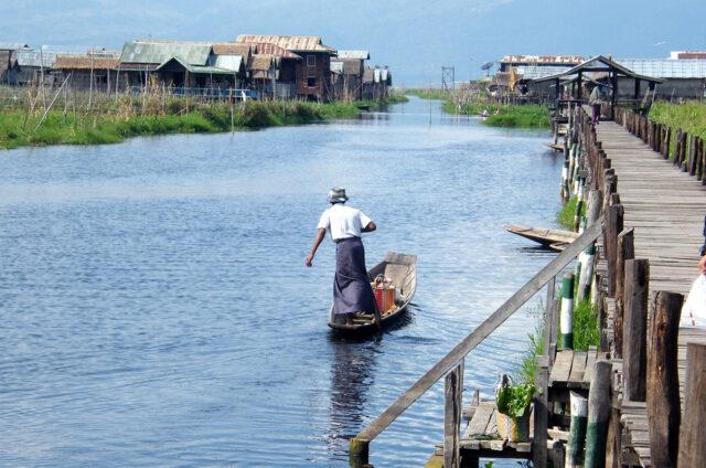 Rybář pádlující nohou, jezero Inle, Barma