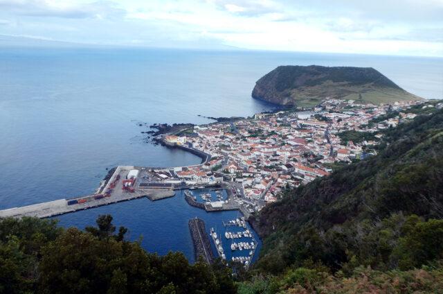 Výhled na přístav Velas, São Jorge, Azory