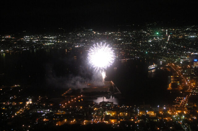 Vyhlídka na noční Hakodate s ohňostrojem, Japonsko
