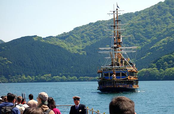 Plavba lodí po jezeře Aši, Japonbsko