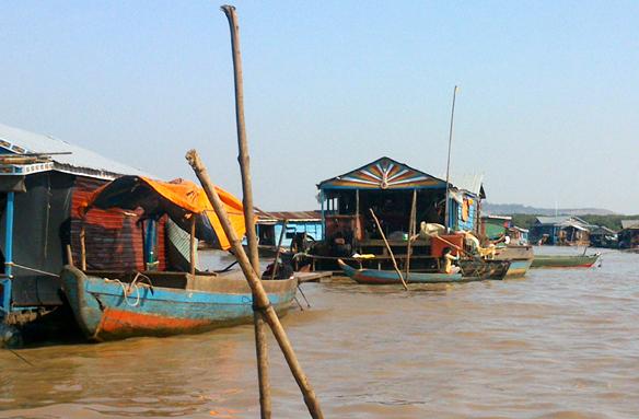 Plovoucí obchody a úřady, jezero Tonle Sap, Kambodža