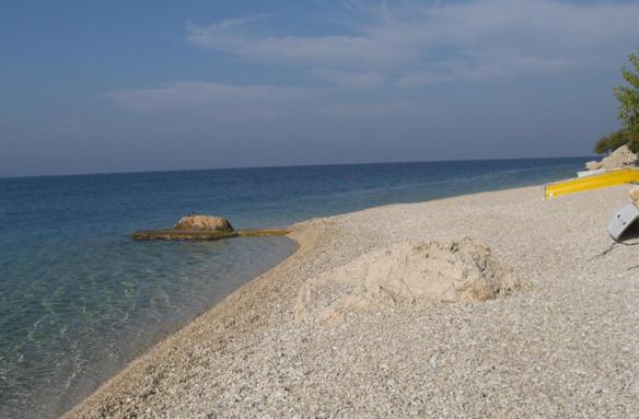 Místní oblázková pláž, Živogošče, Chorvatsko