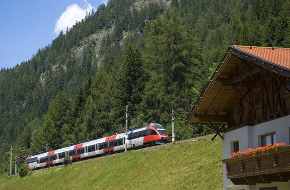 Souprava Railjet se šplhá Brennerpass, Rakousko